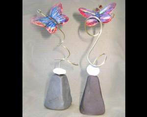 Βάση με μια κεραμική πεταλούδα