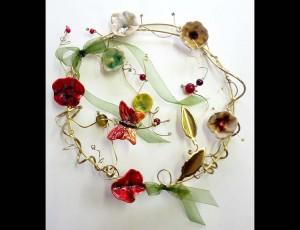 Στεφάνι ορείχαλκου με κεραμικά λουλούδια 2